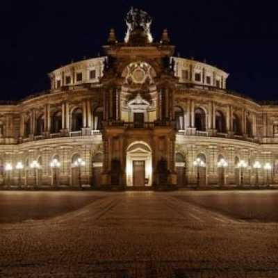 Bild: Die Dresdner Semperoper am Abend, Fotolia.com / Jürgen Feldhaus