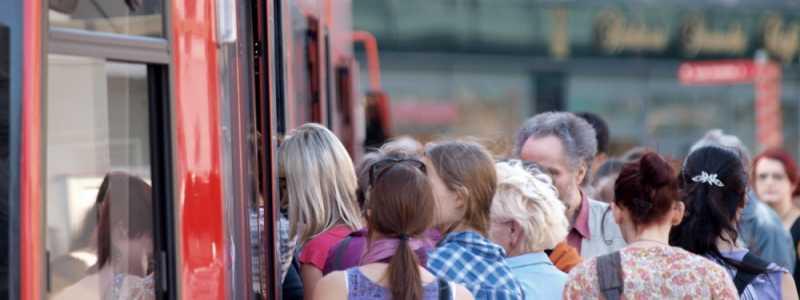 Bild: Fahrgäste in einer Straßenbahn, über dts Nachrichtenagentur