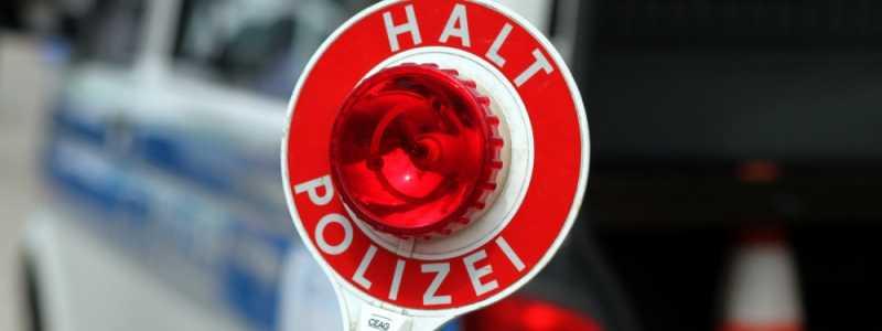 Bild: Halt-Stopp-Schild der Polizei bei einer Verkehrskontrolle, über dts Nachrichtenagentur