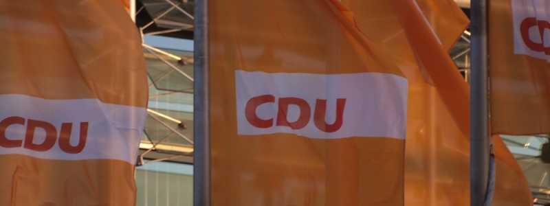 Bild: CDU-Flaggen, über dts Nachrichtenagentur