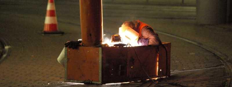 Bild: Schweißarbeiten an einer Straßenbahnschiene, über dts Nachrichtenagentur