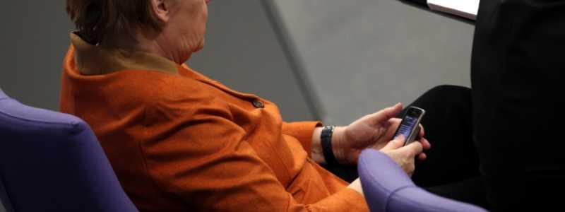 Bild: Angela Merkel mit ihrem Handy, über dts Nachrichtenagentur