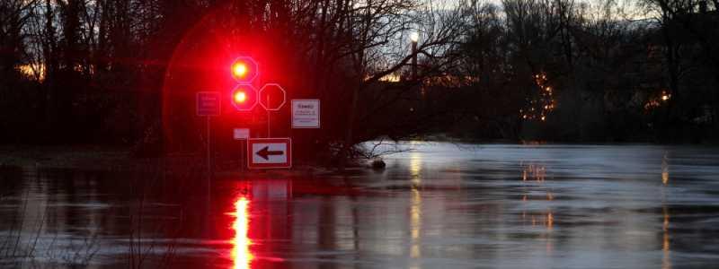 Bild: Durchfahrtsverbot an einem Fluss, über dts Nachrichtenagentur