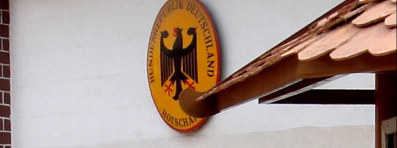 Bild: Schild einer deutschen Botschaft im Ausland, über dts Nachrichtenagentur