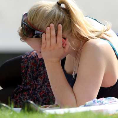 Bild: Junge Frau auf einer Wiese, über dts Nachrichtenagentur