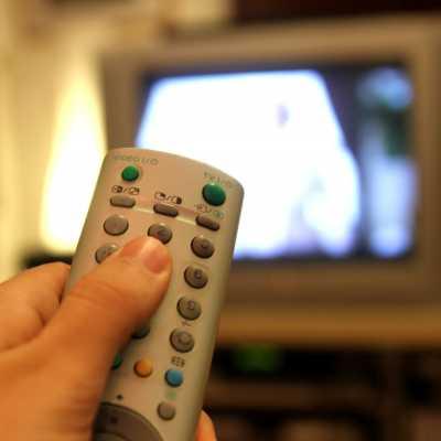 Bild: Fernsehzuschauer mit einer Fernbedienung, über dts Nachrichtenagentur