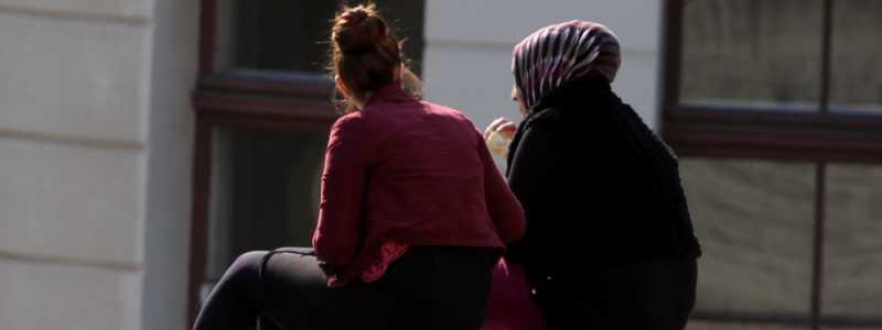 Bild: Frau mit Kopftuch und Frau ohne Kopftuch, über dts Nachrichtenagentur
