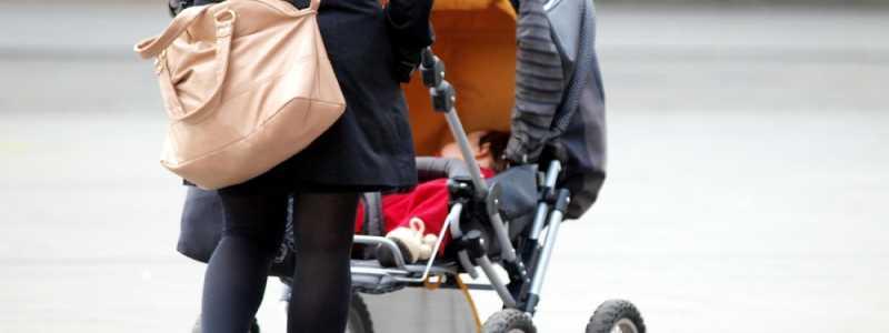 Bild: Mutter mit Kleinkind und Kinderwagen, über dts Nachrichtenagentur