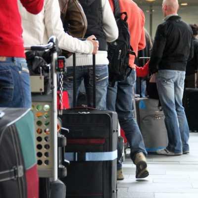 Bild: Touristen beim Check-in am Flughafen, über dts Nachrichtenagentur