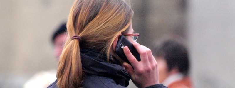 Bild: Frau mit Telefon, über dts Nachrichtenagentur