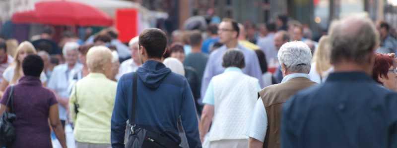 Bild: Menschen in einer Fußgängerzone, über dts Nachrichtenagentur