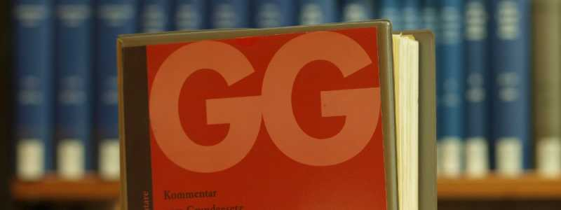 Bild: Ausgabe des Grundgesetzes in einer Bibliothek, über dts Nachrichtenagentur