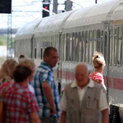 Bild: Reisende am Bahnhof, über dts Nachrichtenagentur
