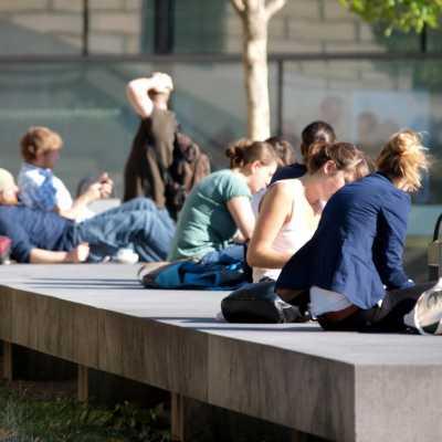 Bild: Junge Leute vor einer Universität, über dts Nachrichtenagentur