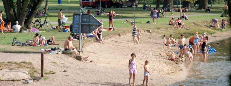 Bild: Badende Personen an einem Fluss, über dts Nachrichtenagentur