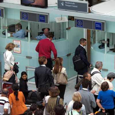 Bild: Flugpassagiere vor der Passkontrolle, über dts Nachrichtenagentur
