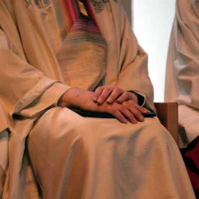 Bild: Katholischer Pfarrer bei einer Messe zwischen Ministranten, über dts Nachrichtenagentur