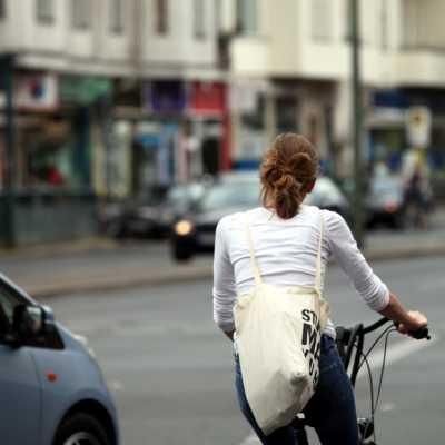Bild: Junge Frau auf Fahrrad im Straßenverkehr, über dts Nachrichtenagentur