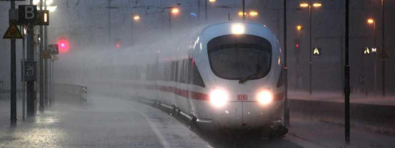 Bild: ICE-Zug bei Unwetter, über dts Nachrichtenagentur
