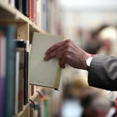 Bild: Leser mit Büchern, über dts Nachrichtenagentur