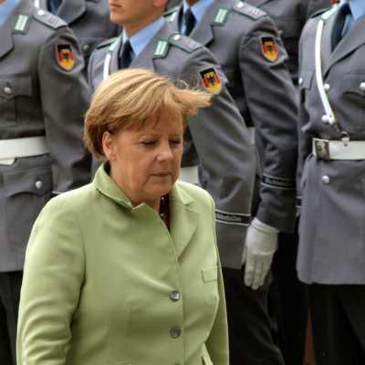 Bild: Angela Merkel vor Bundeswehr-Soldaten, über dts Nachrichtenagentur