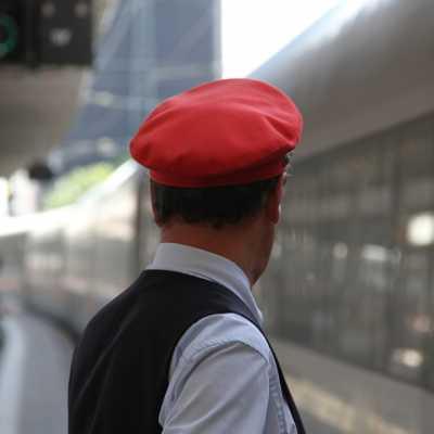 Bild: Zugschaffner am Bahnsteig, über dts Nachrichtenagentur