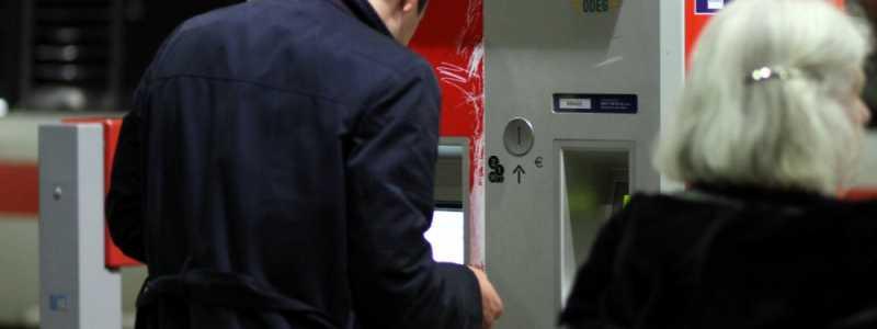 Bild: Reisender an einem Fahrkartenautomaten der Bahn, über dts Nachrichtenagentur