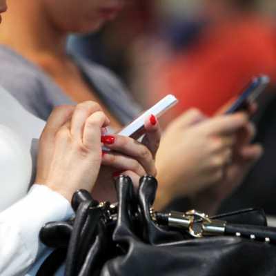 Bild: Smartphone-Nutzerinnen, über dts Nachrichtenagentur