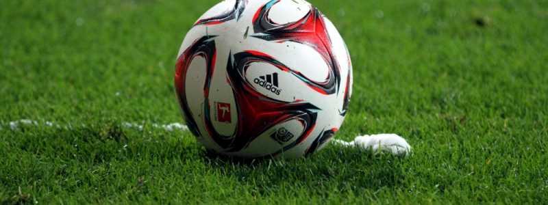 Bild: Fußball liegt vor Freistoßspray, über dts Nachrichtenagentur