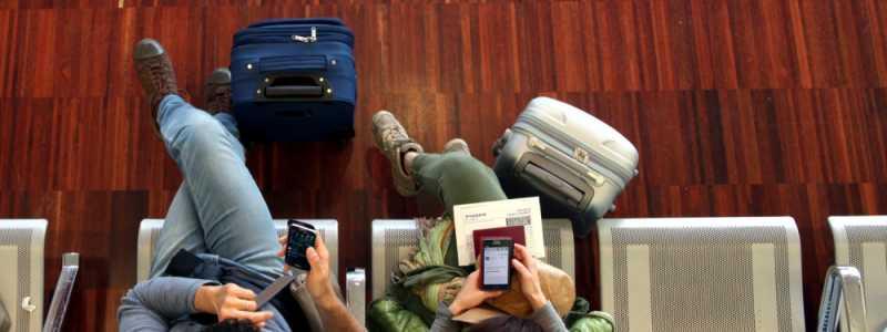 Bild: Ein Pärchen wartet am Flughafen, über dts Nachrichtenagentur