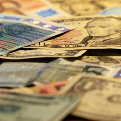 Bild: Euro- und Dollarscheine, über dts Nachrichtenagentur