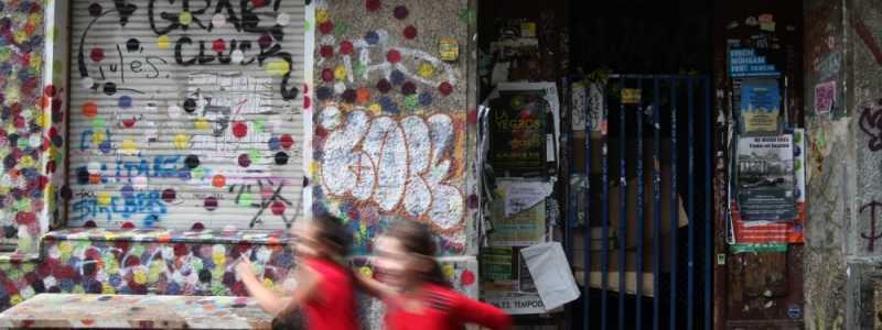 Bild: Kinder vor einem unsanierten Haus in Berlin-Neukölln, über dts Nachrichtenagentur
