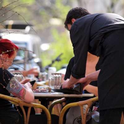 Bild: Bedienung in einem Café, über dts Nachrichtenagentur