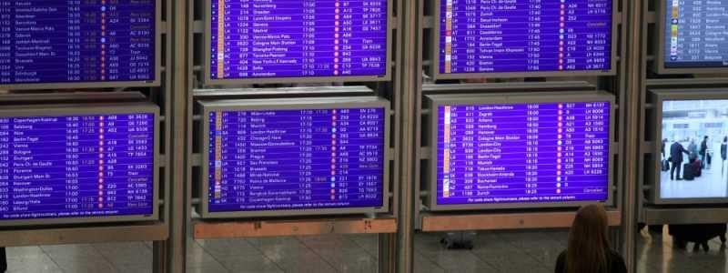 Bild: Frau vor Informationstafel am Frankfurter Flughafen, über dts Nachrichtenagentur