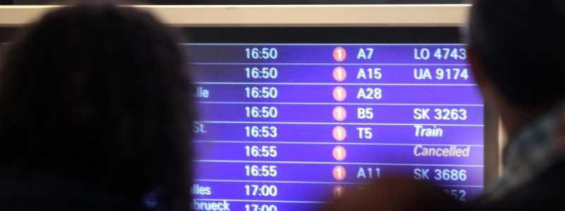 Bild: Passagiere vor Informationstafel am Frankfurter Flughafen, über dts Nachrichtenagentur