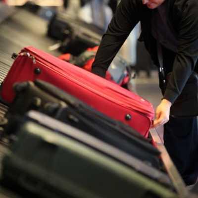 Bild: Reisende an einem Gepäckband, über dts Nachrichtenagentur