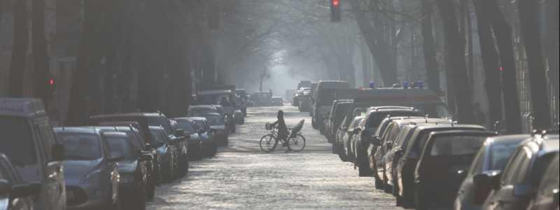 Bild: Parkende Autos in einer Straße, über dts Nachrichtenagentur