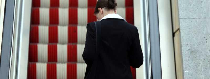 Bild: Frau auf einer Rolltreppe, über dts Nachrichtenagentur