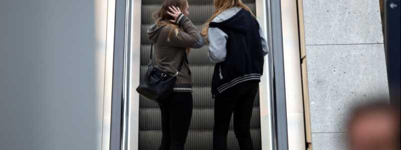 Bild: Junge Mädchen auf einer Rolltreppe, über dts Nachrichtenagentur