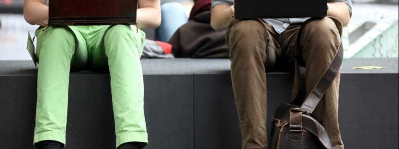 Bild: Zwei Männer surfen im Internet, über dts Nachrichtenagentur