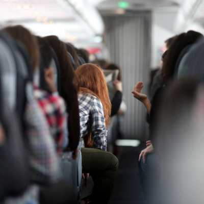Bild: Rothaarige Frau in einem Flugzeug, über dts Nachrichtenagentur