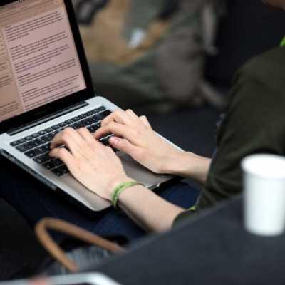 Bild: Frau an einem Laptop, über dts Nachrichtenagentur