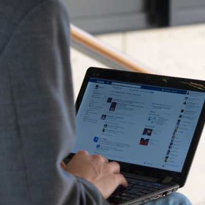Bild: Facebook-Nutzer am Computer, über dts Nachrichtenagentur