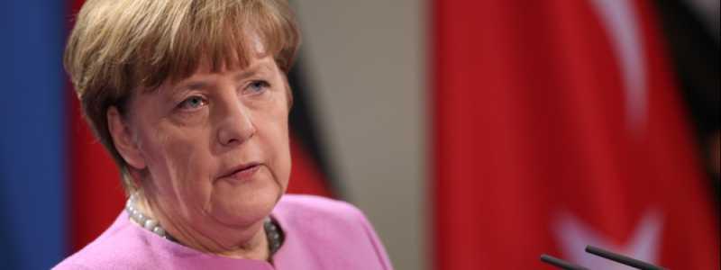 Bild: Angela Merkel vor einer Flagge der Türkei, über dts Nachrichtenagentur