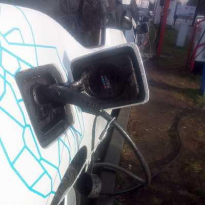 Bild: Elektroauto an einer Strom-Tankstelle, über dts Nachrichtenagentur