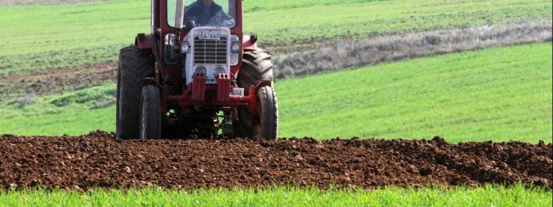 Bild: Bauer mit Traktor, über dts Nachrichtenagentur