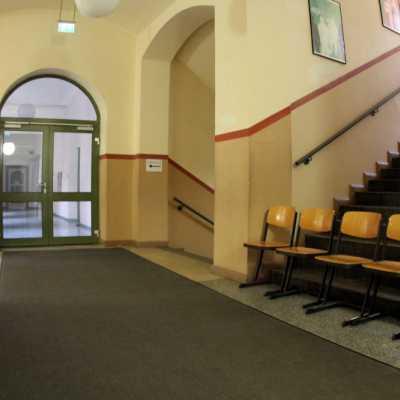 Bild: Stühle im Flur einer Schule, über dts Nachrichtenagentur