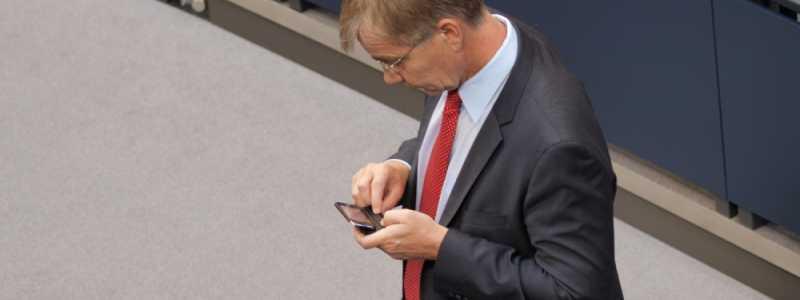 Bild: Dietmar Bartsch bei der Nutzung eines Handys, über dts Nachrichtenagentur