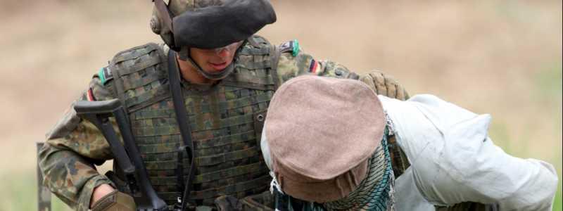 Bild: Soldat übt Festnahme, über dts Nachrichtenagentur