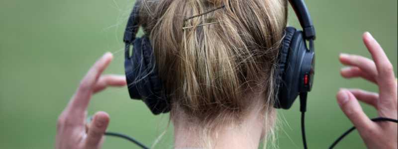 Bild: Frau mit Kopfhörern, über dts Nachrichtenagentur